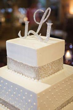 Tarta cuadrada con fondant blanco y detalles dulces de lentejuelas