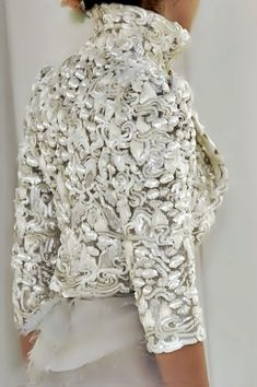 Chanel -The most beautiful details Moda Chanel, Chanel Jacket, Cooler Look, Lesage, Fashion Details, Fashion Design, Mode Style, White Fashion, Couture Fashion