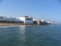 #Asilah, #Morocco. Se cerchi un posto pittoresco, senza musei o palazzi da visitare ma con una Medina fascinosa e con spiagge superbe subito fuori città allora la bianca Asilah è la destinazione giusta. Si trova poco a sud di Tangeri, sull'Atlantico, ed è una cittadina piccola, deliziosa, finora rimasta ai margini delle grandi frequentazioni turistiche. Sulle cartine spesso è indicata come Assilah.