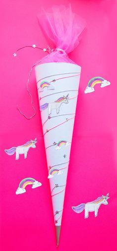Die Schultüte mit Einhorn und Regebogen Illustration, glitzer Sternen und Tüll in Pink könnt ihr ganz einfach selber basteln: das free Printable ausdrucken, die Vorlage auschneiden in neon Farben ausmalen. Auf die Zuckertüte kleben - tolle Überraschung zur Einschulung am ersten Schultag. Zum Schulanfang: Einhorn Stundenplan fürs Kinder- oder Klassenzimmer + Ideen zur Füllung gibts auf unserem Blog FAMILICIOUS.de ! Back to school - school cone for girls with cute unicorn, rainbow & twinkle…