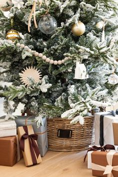 Our best tips on how to decorate the star of the seasonal show: the tree. Christmas Tree Decorations, Table Decorations, Holiday Decor, Tree Collar, Cozy Christmas, Christmas Trees, Small Trees, Around The Corner, Deck The Halls