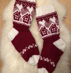 Neulojat loihtivat nyt upeita mökkisukkia! Katso kuvat versioista ja poimi ideoita | Kodin Kuvalehti Fair Isle Knitting, Knitting Socks, Fair Isle Chart, Woolen Socks, Bunny Outfit, Stocking Pattern, Knitted Slippers, Cute Socks, Christmas Knitting