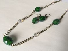 Parure collier sautoir et boucles d'oreilles en métal bronze et perles olives vertes et rondes transparentes : Parure par alterperles
