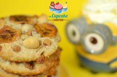 Cookies Esponjosos de Plátano y Nueces de Macadamia ¡Unos Cookies para los Minions más platanívoros! Ultra esponjosos, con plátano, nueces de macadamia y fudge blandito. ¡BANANAAAAAA!