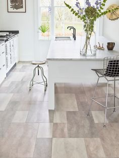 Get the look with Amtico's marbled off-white LVT flooring for a luxurious yet delicate interior Engineered Timber Flooring, Best Flooring, Carpet Flooring, Natural Wood Flooring, Stone Flooring, Amtico Flooring Kitchen, Staircase Storage, Luxury Vinyl Tile Flooring, Amtico Signature
