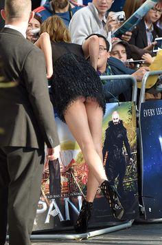 """Cara Delevigne tuvo un pequeño malfuncionamiento de vestuario durante el estreno de """"Pan"""", la nueva versión fílmica del clásico literario 'Peter Pan' en la que ella interpreta a una sirena. La británica se dobló más de la cuenta y terminó mostrando más de lo que tal vez tenía planificado."""