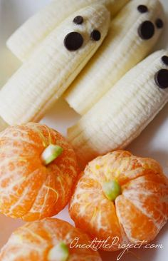 Banana ghosts and clementine pumpkins - healthy Halloween snack. Bananas and chocolate chips for ghost. Clementines and celery for pumpkins. Could also use small piece of green Twizzler for stalk of pumpkin. by ashlee Halloween Desserts, Halloween Fruit, Healthy Halloween Treats, Holiday Treats, Holiday Recipes, Halloween Party, Healthy Snacks, Halloween Breakfast, Spooky Treats