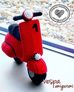 DIY Crochet a Beautiful Red (or other color) Amigurumi Vespa Scooter by Maria Martinez Patrón gratis / FREE pattern (spanish) ༺✿ƬⱤღ✿༻Ravelry: Vespa by Saekita ManualidadesKailee, I want this for my birthday! Crochet Car, Crochet Gifts, Crochet Toys, Irish Crochet, Ravelry, Baby Groot, Crochet Amigurumi Free Patterns, Free Crochet, Motos Vespa
