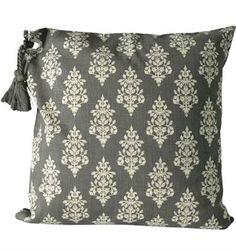 www.gardsromantik.se - Kuddfodral Medaljong grå vit med tofs shabby chic lantlig stil