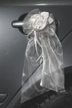 Svatební mašle na auto bílá zdobená saténový květ