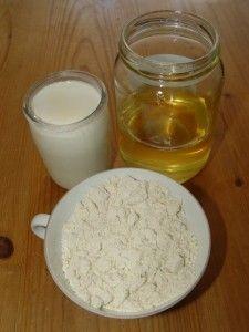 Soin gommant 3 c. à soupe de poudre d'Amande 3 c. à soupe de yaourt entier de lait de vache 3 c. à café de miel