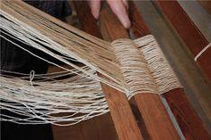 Heidin Iloinen Käsityökulma: Loimen laittaminen kangaspuihin 1/3: Loimen kiertäminen tukille Clothes Hanger, Weaving, Home, Tips, Coat Hanger, Clothes Hangers, Ad Home, Loom Weaving, Homes