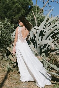 CARIBU - With wide straps, a flattering 'décolletage' and plunging v-shaped back, Caribu is a wedding dress of clean lines, with little details like the lace trim and the filmy drape of the skirt. A model that, like the music of Canadian composer Caribou, combines modernity and emotion.