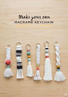 Free instructions: DIY Tassel and Macramé keychains - Think.Make. - DIY Makramee Schlüsselanhänger als kleines Geschenk - Pot Mason Diy, Mason Jar Crafts, Mason Jars, Diy Macrame Wall Hanging, Diy Hanging Shelves, Macrame Art, Macrame Mirror, Macrame Curtain, Diy Tassel