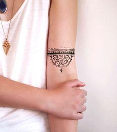 Photo : Tatouage dentelle sur le bras