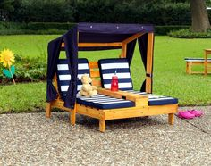 Kids Pallet Lounge Chair with Canopy - 25+ Renowned Pallet Projects & Ideas | Pallet Furniture DIY