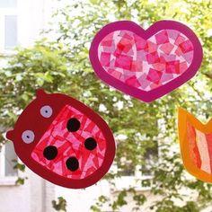 Sonnenfänger mit Frühlingsmotiven. 12 Vorlagen für Sonnenfänger in je 2 Größen (ca. DIN A5 und DIN A4) zum Ausschneiden, Bekleben und Aufhängen. Die Rahmen mit 12 verschiedenen Frühlingsmotiven (Tulpe, Schmetterling, Marienkäfer, Osterei, Blume, Hase, Herz, Ente, Wolke, Kleeblatt, Gießkanne und Osterglocke) werden mit Transparentpapier beklebt und strahlen anschließend im Fenster.