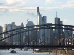 Skyline Frankfurt, aufgenommen vom Osthafen (im Vordergrund die Deutschherrenbrücke - Eisenbahn- und Fußgängerbrücke -)