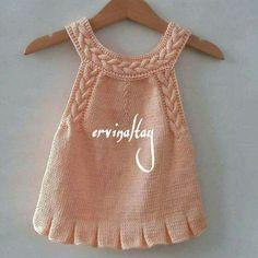 Süslü kızlarımıza çok yakışacak güzel bir model. Saç örgülü elbise yapımı. 1 . 2 yaş alıntıdır. Malzemeler : Yavru ağzı bebe yünü 3 numara şiş. Yapılışı