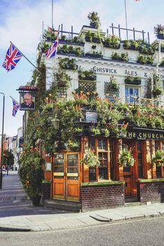 The most beautiful pub in London - pub with plants in London - Churchill Arms in Kensington London Pubs, London Places, London Restaurants, London Street, Streets Of London, London Food, City Aesthetic, Travel Aesthetic, London Summer