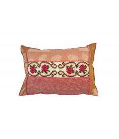 kussen bekleed met wollen dekns en een vintage borduurwerk in roze rode en oker tinten. De achterkant is een roze deken met het etiketlabel. Afmeting van dit kussen is 40-60 cm. De prijs is inclusief stevig binnenkussen. Ik maak ze ook op bestelling ...