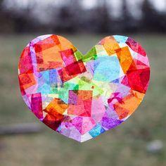 attrape-soleil coeur en papier de soie comme décoration de fenêtre pour le printemps