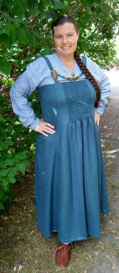 Frualeydis' take on  Hilde Thunem's interpretation of the Köstrup smokkr.  The serk (underdress) neckline is cut like the  Kraglund kirtle - plausible for the culture and from the same geographic area (Köstrup and Kraglund are both in Demark, about 135 km apart).