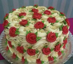 Elegant ❤❤❤ with ・・・ Rosas marfim + mini rosas vermelhas ❤️ Cake decorating ideas Gorgeous Cakes, Pretty Cakes, Cute Cakes, Amazing Cakes, Food Cakes, Fun Cupcakes, Cupcake Cakes, Mini Cakes, Fancy Cake
