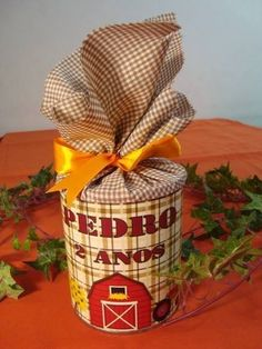 Customise an old washed tin can - and use is as a funky gift box Baby Formula Cans, Diy Arts And Crafts, Diy Crafts, Funky Gifts, Crayon Holder, Kids Party Decorations, Farm Birthday, Farm Party, Altered Bottles