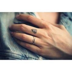 Tatuaje diamante en dedo
