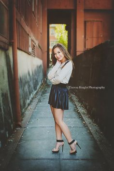 Senior Picture Ideas for Girls | Senior Poses |  Follow my Board for SENIOR GIRLS at www.pinterest.com/jilllevenhagen