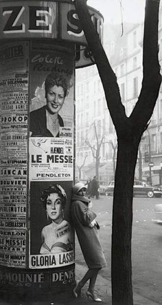 photo noir et blanc : Frank Horvat - Paris, colonne Morris Vintage Paris, Old Paris, Paris Pics, Robert Doisneau, Black White Photos, Black And White Photography, Vintage Photography, Street Photography, Fashion Photography