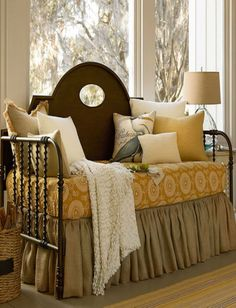 Pretty way to incorporate a daybed into a room~❥