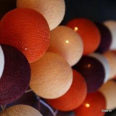 Lichterketten Deko Set: Sonnenuntergang Lichterkette mit 20 Baumwollbällen in herbstlich-warmen Rot-Orange-Tönen.