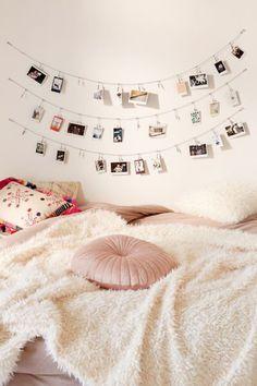 Teenage Girl Bedrooms, Girls Bedroom, Bedroom Inspo, Bedroom Decor, Bedroom Ideas, Pictures On String, Dorm Pictures, Hang Photos, Display Photos