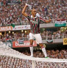 Zagueiro Leandro Euzébio comemorando em cima da Trave