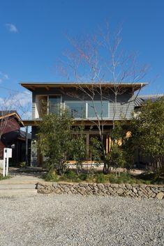 アスパラ農家の家|建築家大工の家づくり|イシハラスタイル Exterior, Cabin, House Styles, Garden, Health, Home Decor, Facades, Stone Fence, Stones