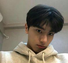 Cute Asian Guys, Cute Korean, Handsome Korean Actors, Handsome Boys, Li Hong Yi, Teen Boy Hairstyles, Korean Boys Ulzzang, Ulzzang Boy, Boy Photography Poses