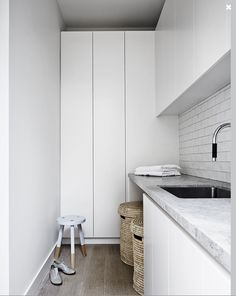 Mim Design have created a pavilion style coastal hideout with a casual,tactile and refined modern beach house aesthetic in Portsea, Victoria. Cairns, Mim Design, Sweet Home, Bedroom Cupboard Designs, Laundry Design, Laundry Room Storage, Cheap Kitchen, Small Storage, Small Shelves