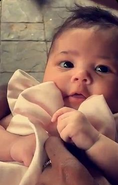 Kylie Jenner's Baby Stormi at First Easter Party - Kardashian Easter Party Decor Kris Jenner, Kylie K, Travis Scott Kylie Jenner, Kylie Jenner Workout, Jenner Kids, Kendall And Kylie Jenner, Kardashian Jenner, Cute Little Baby, Cute Babies