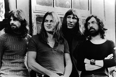 Idén ünnepli 50. születésnapját a legendás angol rockzenekar, a Pink Floyd, amely pszichedelikus-progresszív hangzásvilágával vált híressé világszerte. Ebből az alkalomból összeszedtünk egy csokor érdekességet. Tudtad-e például, hogy mi volt a neve a bandának, és hogy miért lett végül Pink Floyd? És hogy ki írta...