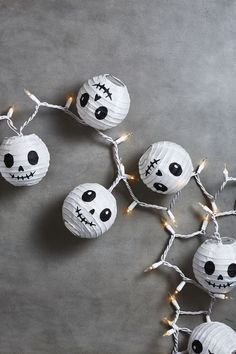 Get ready for Halloween! Check these cool DIY Halloween party decoration ideas you'll' want to make this year. Happy Halloween, Halloween Garage, Casa Halloween, Halloween Ball, Spooky Halloween Decorations, Creepy Halloween, Diy Halloween Decorations, Halloween Night, Halloween Crafts