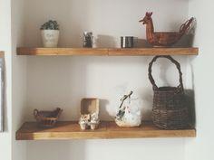 100均のつっぱり棒と、木材で棚を作りました( *´꒳`* )♡木材をコの字に組み合わせるだけで、つっぱり棒を隠せておしゃれに可愛い棚が完成します⋈*。゚壁を傷つけずに設置できるのでオススメです(* ॑꒳ ॑* )⋆*