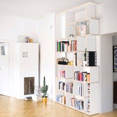 Modern bookcase with style - Looking for a modern bookshelf that fits a certain spot? Tylko's customisable wall storage lets y - Home Room Design, Home Office Design, House Design, Home Library Decor, Home Decor, Room Decor Bedroom, Living Room Decor, Modern Bookshelf, Unique Bookshelves