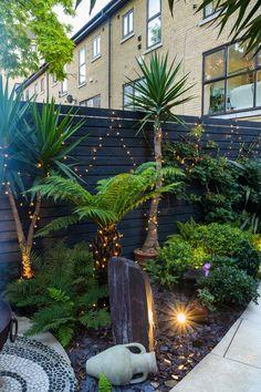 Small Garden Landscape, Small Space Gardening, Garden Spaces, Black Garden Fence, Black Fence, Urban Garden Design, Back Garden Design, Courtyard Gardens, Outdoor Gardens