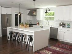 une cuisine blanche contemporaine et tabourets de bar industriels en métal, un bar blanc