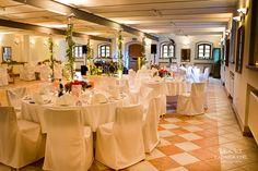 nice wedding location hall with tables by © radmila kerl wedding photography munich schöne Hochzeitslocation Hochzeitssaal Partyraum