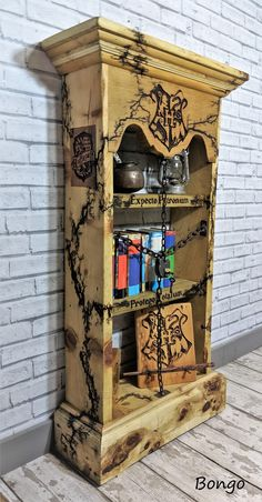 A bookshelf made for a friends Harry Potter mad child. Harry Potter World, Harry Potter Decor, Harry Potter Fandom, Harry Potter Hogwarts, Harry Potter Furniture Ideas, Geek Furniture, Upcycled Furniture, Pallet Furniture, Harry Potter Scrapbook