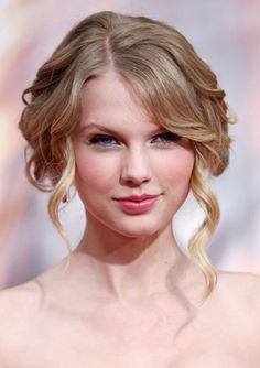 """Dossier de beleza: Taylor Swift - Tendências - Vogue Portugal """"A beleza é sinceridade. E há tantas formas de de se ser belo"""", defende a cantora. Para Swift, conhecida pela sofisticação irrepreensível constante - até quando sai do ginásio, não há uma melena fora do sitio -, essa sinceridade, em termos de imagem, traduz-se no eyeliner e no batom - vermelho: """"adoro batom vermelho."""