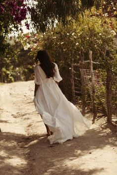 .romantic, flowing full skirt half-sleeve white dress | casual | elegant | simple | bohochic | bohemian | half-length flutter sleeves | silky skirt high in the front low in the back hi-lo skirt